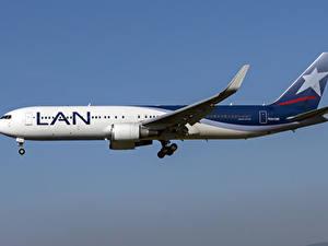 Bilder Flugzeuge Verkehrsflugzeug Boeing Seitlich LATAM Airlines Chile, 767-300W