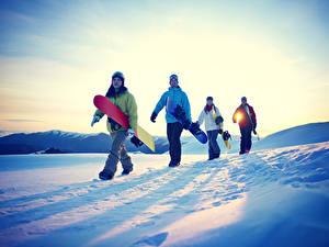 Bilder Sonnenaufgänge und Sonnenuntergänge Snowboard Mann Schnee Mädchens