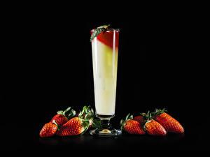 Bilder Cocktail Erdbeeren Schwarzer Hintergrund Weinglas Lebensmittel