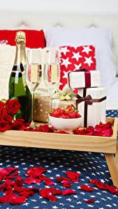 Fotos Feiertage Schaumwein Rose Flaschen Weinglas Geschenke Rot Blütenblätter Lebensmittel