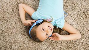 Fotos Kleine Mädchen Kopfhörer Lächeln Hand Kinder