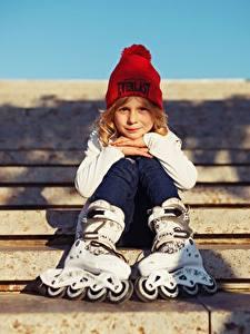 Hintergrundbilder Kleine Mädchen Mütze Sitzend Rollschuh