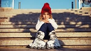 Hintergrundbilder Kleine Mädchen Mütze Sitzt Rollschuh kind