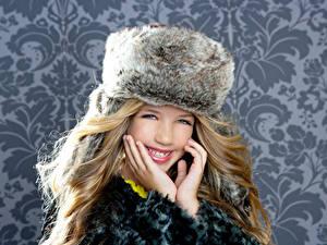 Hintergrundbilder Winter Kleine Mädchen Lächeln Hand Mütze Nett Kinder