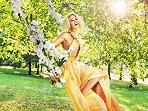Fotos Blond Mädchen Lachen Kleid Schaukel