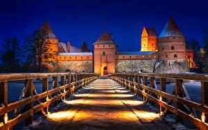 Bilder Litauen Burg Abend Straße Brücken Zaun Straßenlaterne Trakai Castle