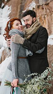 Bilder Liebe Winter Mann 2 Rotschopf Lächeln Umarmung Mädchens