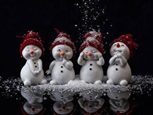 Hintergrundbilder Schnee Schneemänner Spiegelung Spiegelbild Schwarzer Hintergrund Mütze