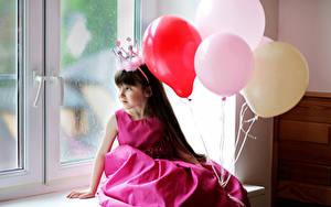 Fonds d'écran Couronne Petites filles Boules Les robes Fenêtre Assis enfant