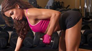 Bilder Fitness Braunhaarige Trainieren Hantel Hand Mädchens Sport