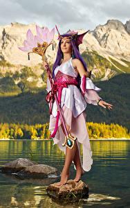 Fotos LOL Mikhail Davydov photographer Gebirge Posiert Blick Cosplay Kleid Magierstab Splendid Staff Nami junge Frauen Spiele Fantasy