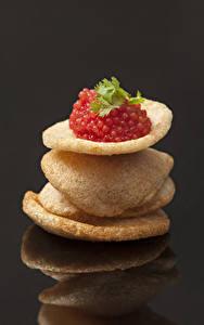 Bilder Meeresfrüchte Caviar Grauer Hintergrund Kartoffelchips Rot Spiegelung Spiegelbild Lebensmittel
