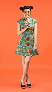 Hintergrundbilder Getränk Asiatisches Farbigen hintergrund Kleid Brille Frisur Mädchens