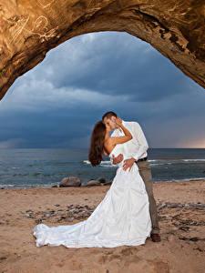 Hintergrundbilder Liebe Küste 2 Hochzeit Bräutigam Braut Umarmen Küssen Kleid junge Frauen