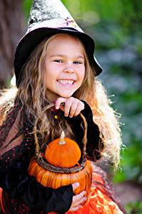 Bilder Halloween Kürbisse Kleine Mädchen Lächeln Kinder