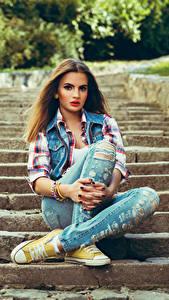 Hintergrundbilder Braune Haare Jeans Sitzend Stiege Mädchens