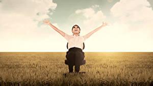 Bilder Felder Sitzen Glücklicher Hand Mädchens