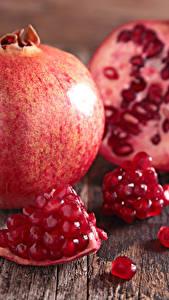Bilder Obst Granatapfel Großansicht Bretter Getreide Lebensmittel