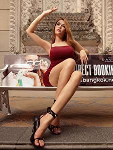 Hintergrundbilder Asiatische Bank (Möbel) Braune Haare Kleid Hand Bein Sitzt junge frau