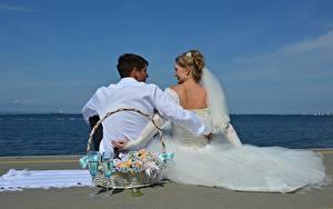 Hintergrundbilder Mann Paare in der Liebe Strand Zwei Weidenkorb Weinglas Bräutigam Brautpaar Kleid Hochzeit Sitzend