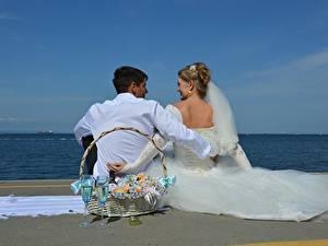 Fonds d'écran Homme Couples dans l'amour Plage Deux Panier en osier Verre à vin Marié homme Jeune mariée Les robes Mariage S'asseyant Filles