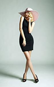 Fotos Grauer Hintergrund Blondine Model Der Hut Kleid Bein Posiert