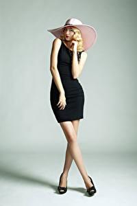 Fotos Grauer Hintergrund Blondine Model Der Hut Kleid Bein Posiert junge Frauen
