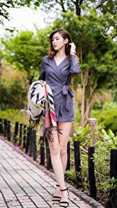 Desktop hintergrundbilder Asiatische Braunhaarige Kleid Bein Bokeh Mädchens