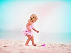 Bilder Kleine Mädchen Strand Sand kind