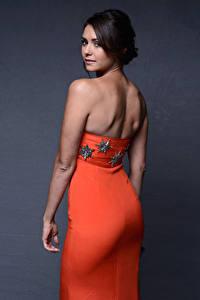 Bilder Nina Dobrev Grauer Hintergrund Brünette Blick Hinten Kleid Hand Prominente Mädchens