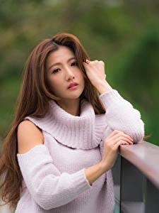 Fonds d'écran Asiatiques Arrière-plan flou Aux cheveux bruns Chandail Main Regard fixé jeune femme