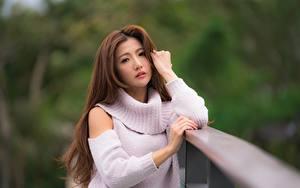 Bilder Asiaten Unscharfer Hintergrund Braune Haare Sweatshirt Hand Starren junge frau