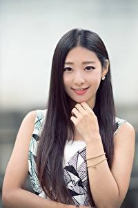 Bilder Asiaten Unscharfer Hintergrund Hand Lächeln Brünette Haar Starren Niedlich