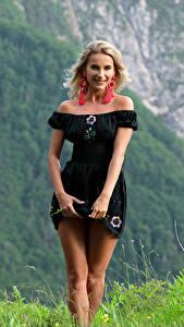 Bilder Cara Mell Gebirge Gras Blond Mädchen Kleid Bein Blick