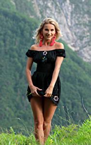 Bilder Cara Mell Gebirge Gras Blond Mädchen Kleid Bein Blick junge frau