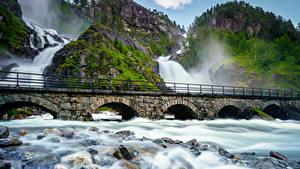 Bilder Norwegen Lofoten Brücken Wasserfall Steine Felsen Laubmoose Natur
