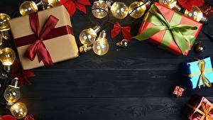 Fotos Neujahr Geschenke Schleife Bretter Lichterkette Vorlage Grußkarte