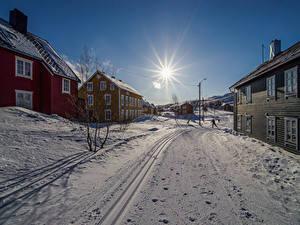 Hintergrundbilder Norwegen Gebäude Winter Straße Schnee Sonne Sulitjelma Städte