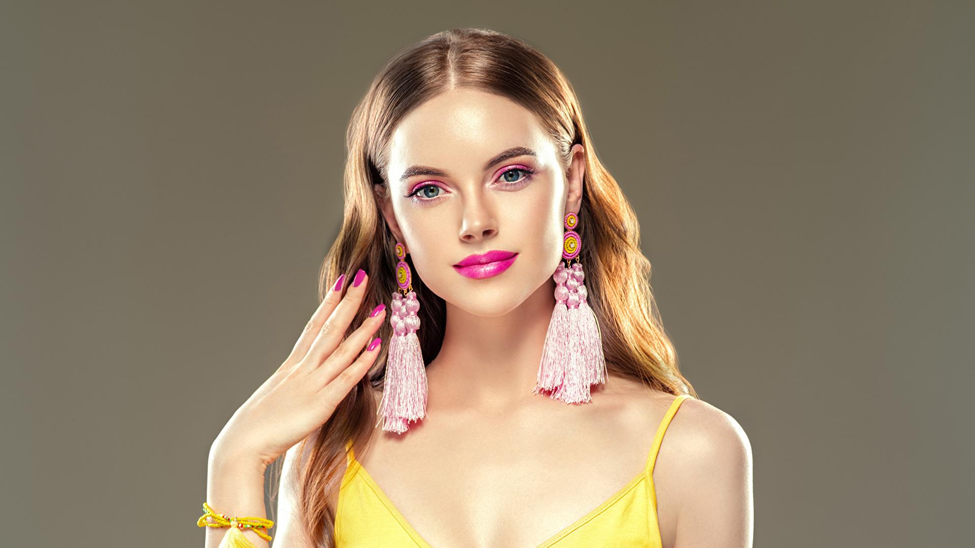 Desktop Hintergrundbilder Braunhaarige Maniküre Make Up junge Frauen Hand Ohrring Grauer Hintergrund 1920x1080 Braune Haare Schminke Mädchens junge frau