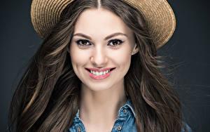 Bilder Grauer Hintergrund Braune Haare Haar Lächeln Starren Mädchens