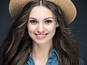 Bilder Grauer Hintergrund Braunhaarige Haar Lächeln Blick Mädchens