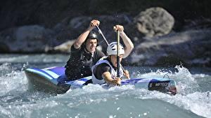 Bilder Mann Boot Rafting 2 Wasser spritzt Helm sportliches