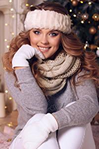 Bilder Neujahr Braunhaarige Lächeln Schal Starren Sitzt junge Frauen