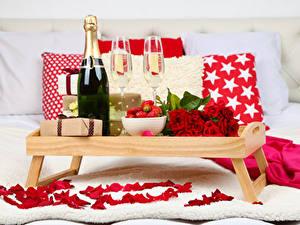 Papéis de parede Feriados Rosas Champanhe Morangos Garrafa Copo de vinho Presentes Pétala Alimentos
