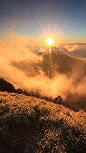 Hintergrundbilder Sonnenaufgänge und Sonnenuntergänge Berg Landschaftsfotografie Gras Nebel Sonne Natur