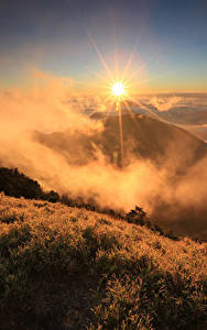 Hintergrundbilder Sonnenaufgänge und Sonnenuntergänge Berg Landschaftsfotografie Gras Nebel Sonne