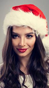 Hintergrundbilder Neujahr Grauer Hintergrund Brünette Mütze Blick Haar Mädchens
