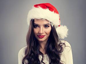 Hintergrundbilder Neujahr Grauer Hintergrund Brünette Mütze Blick Haar