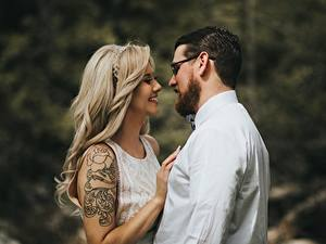Hintergrundbilder Paare in der Liebe Mann Zwei Blond Mädchen Brille Lächeln Tätowierung junge frau