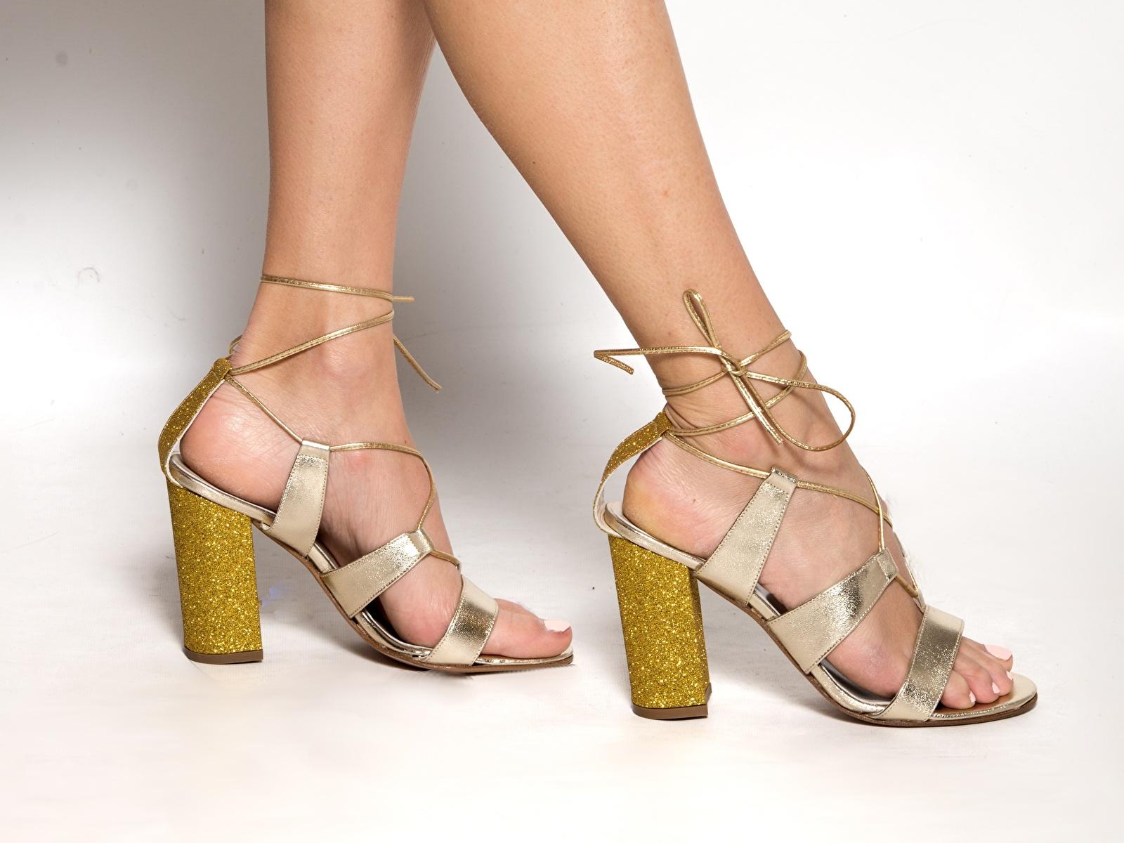 Fotos Mädchens Bein hautnah Stöckelschuh 1600x1200 junge frau junge Frauen Nahaufnahme Großansicht High Heels